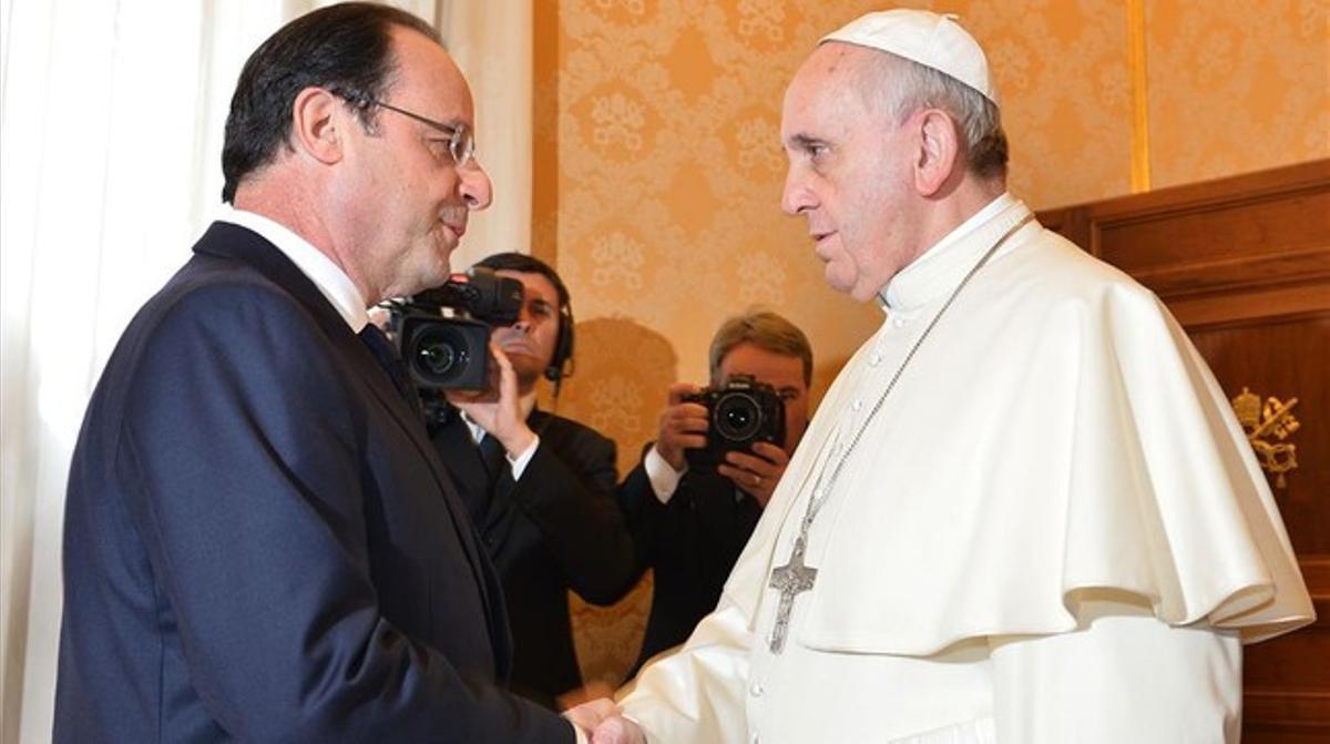 Hollande y el Papa se saludan en la sala Tronetto, en el Vaticano, este viernes.