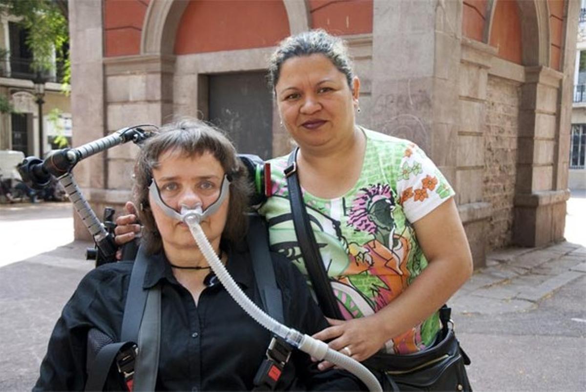 Isabel rojas, con Norma, la mujer que le garantiza, pese a los osbtáculos que pone la ELA, la autonomía.