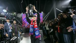 El campeón del FIFA 18 FUT Champions Cup de Barcelona alzando el título.