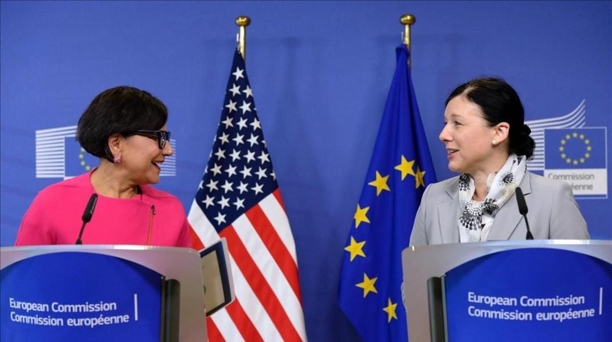 La secretaria de Comercio de EEUU,Penny Pritzker, (izquierda) y la comisaria europea de Justicia, Consumidores e Igualdad de Género,Vera Jourová, durante la presentación del acuerdo.