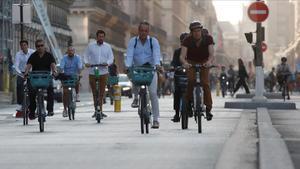 Ciudadanos en bicicleta circulan por la parisina calle de Rivoli hace dos semanas.