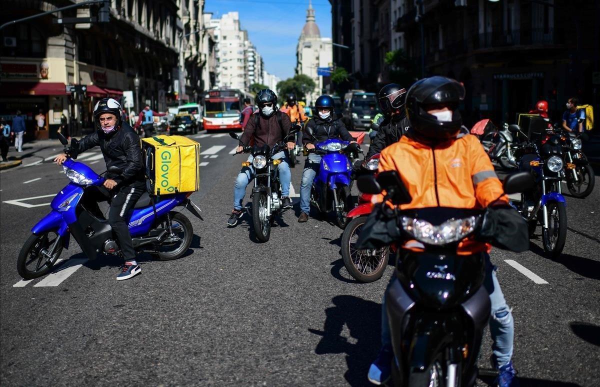 Repartidores de comida a domicilio protestan en las calles de la capital.