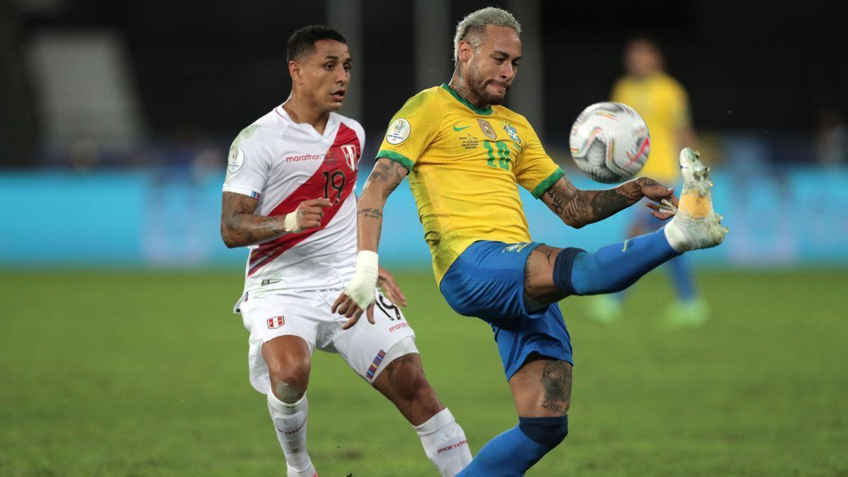 Neymar pelea un balón en el Brasil - Perú.