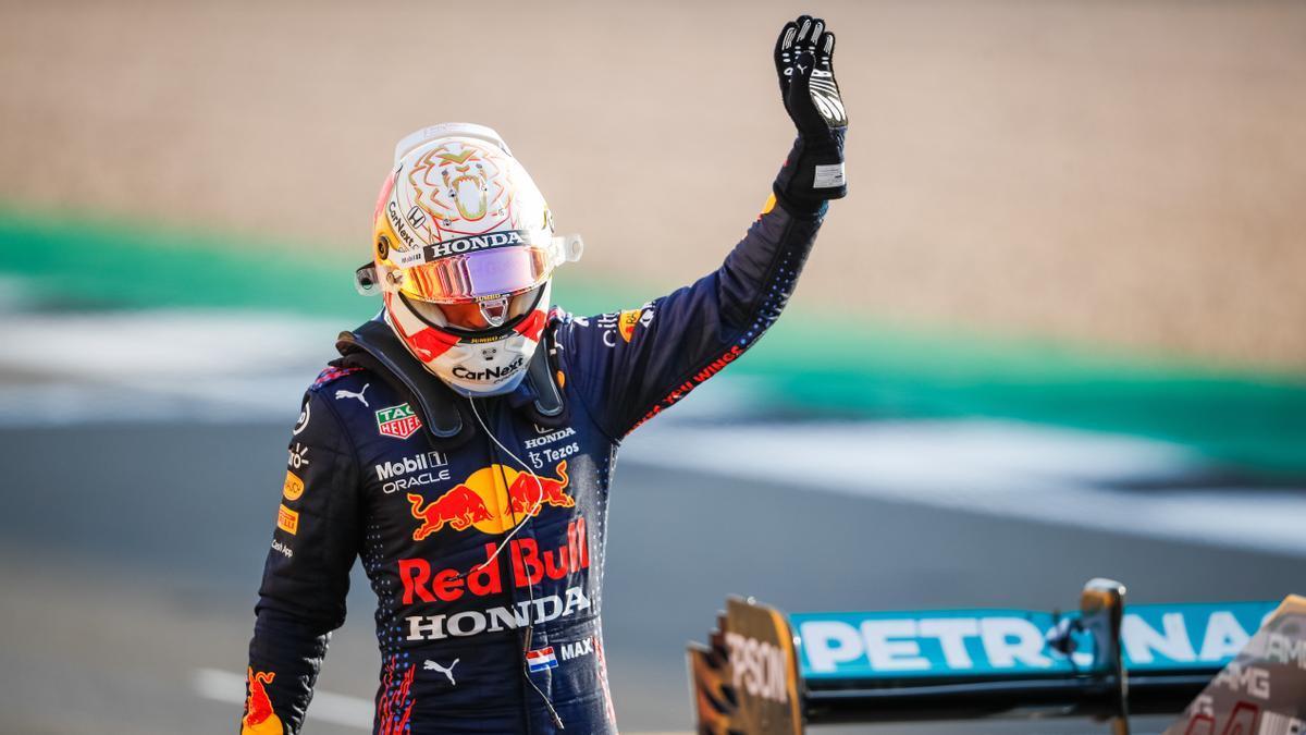 Verstappen saluda en Silverstone tras lograr la 'pole' en la carrera al esprint.