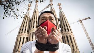 El restaurador Josep Maria Kao decidió posar maniatado bajo la Sagrada Família.