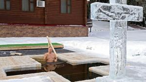 Vladimir Putin, a punto de zambullirse en el agua helada, este martes.
