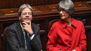 Gentiloni (izq) junto a la ministra de Relaciones con el Parlamento, Anna Finocchiaro, antes de la votación en la Cámara de los Diputados, en Roma, este martes.