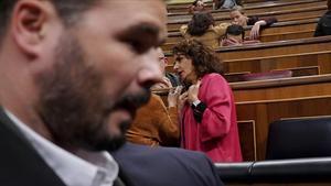 El diputado Rafael Rufián y la ministra de Hacienda, María Jesús Montero, al fondo tras el voto en contra de ERC al proyecto de Presupuestos del 2019.