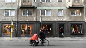 Un mujer pasea en bicicleta por una calle vacía de Berlín  en pleno confinamiento por la pandemia.