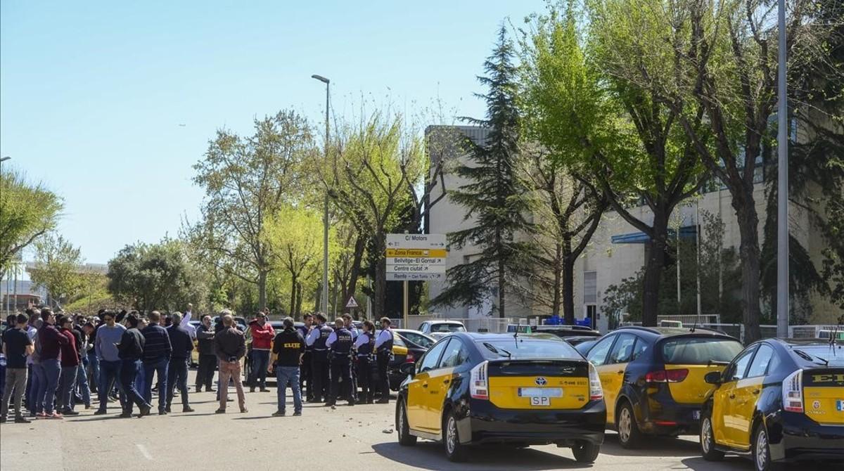 Medio centenar de taxistas se manifiestan contra el intrusismo laboral ante una de la sede de Cabify en L'Hospitalet, una de las empresas que presta servicios de VTC, el pasado marzo.