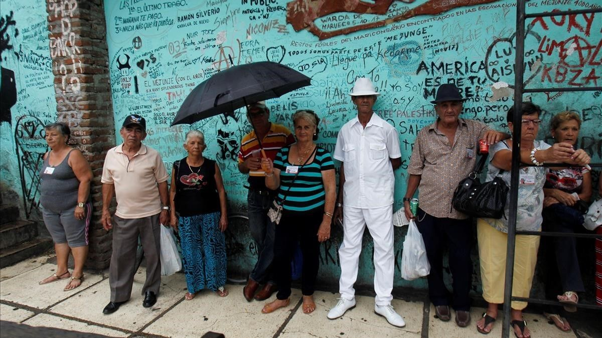 Un grupo de personas sigue un espectáculomusical en el centro cultural El Mejunje en la ciudad deSanta Clara.