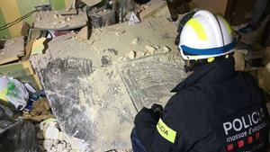 La plancha que salió volando e impactó en unedificio de Torreforta (cuyo efecto se ve en el vídeo) tras la explosión de la petroquímica de Tarragona.