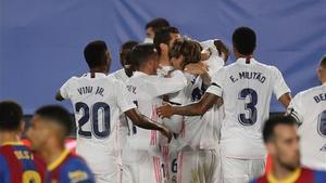 Los jugadores del Madrid celebran uno de los tantos en el Clásico