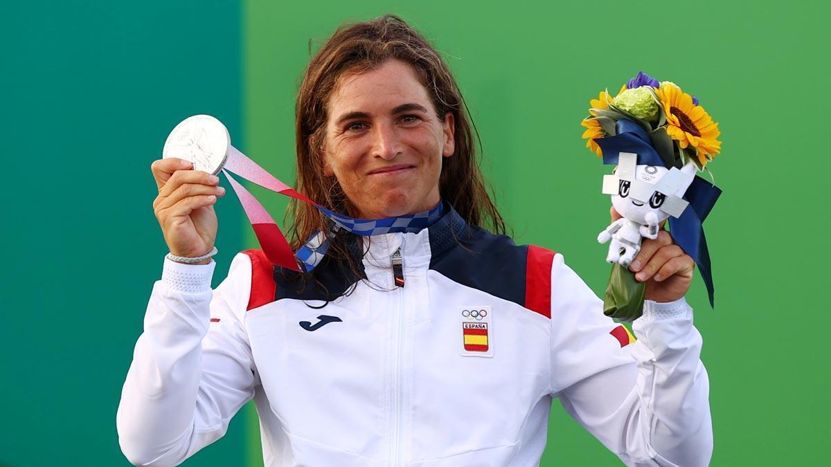 Maialen Chourraut, con su medalla en el podio de Tokyo.