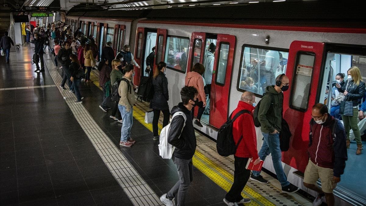 Barcelona hauria de reduir al 30% l'aforament del transport públic, segons el 'semàfor' de Sanitat