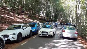 Aspecto del acceso a Santa Fe, en el Montseny, con los arcenes llenos de vehículos estacionados, el fin de semana del 10 y 11 de octubre.