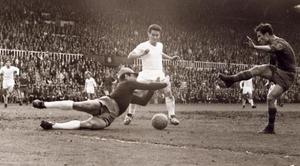 Justo Tejada, en un partido contra el Real Madrid en el estadio de Les Corts.