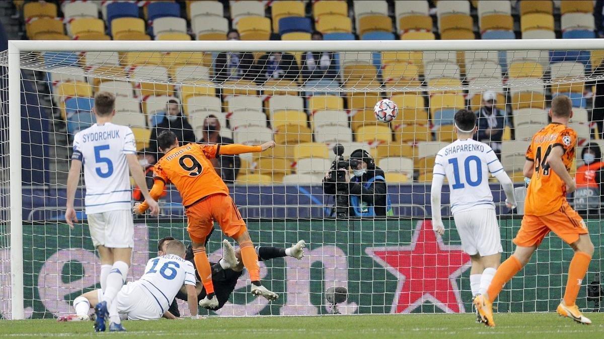 Morata marca el 0-1 ante el Dinamo de Kiev aprovechando el rechace de Buschchan.