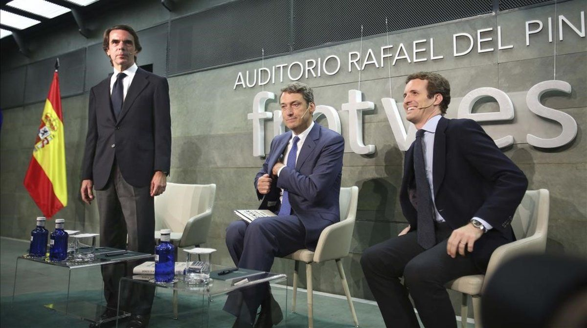 José María Aznar y Pablo Casado (a la derecha) se preparan para la presentación del libro, este martes en la Funfación Rafael del Pino de Madrid.