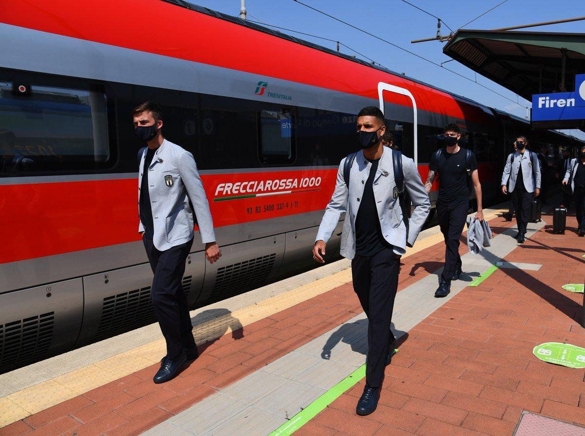 Los jugadores italianos se disponen a tomar el tren con destino a Roma.