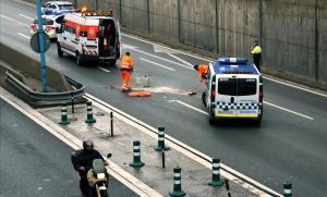 Tareas de limpieza tras un accidente de moto en la Ronda de Barcelona.