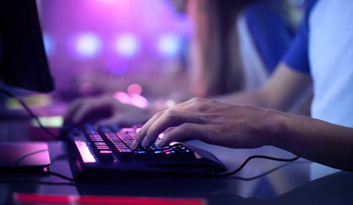 Un joven, delante de su ordenador, en una imagen de archivo.
