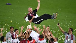 El entrenador de Qatar, Félix Sánchez, mateado por sus jugadorestras ganar la Copa Asia.