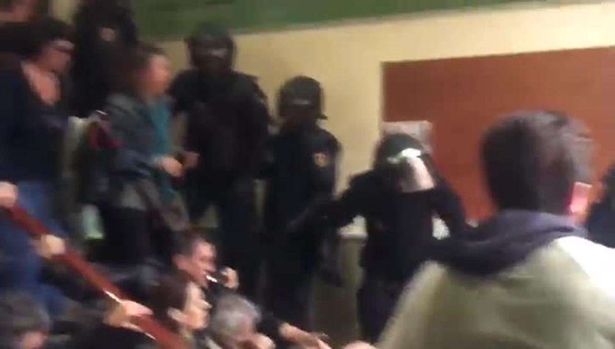 Actuación de la policía en el CEIP Pau Claris de Barcelona, el1 de octubre.