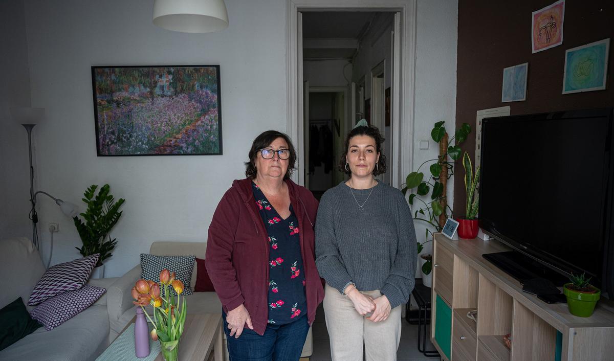 Una de las afectadas,Teresa Trullén con su hija, en el piso de Sant Antoni que alquiló unos días a turistas y por el que afronta una multa de 60.001 euros.