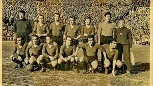 El Barça de la temporada 48-49 en el campo de Les Corts.