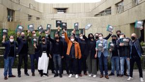 Los cocineros guipuzcoanos del nuevo colectivo Mahaia, con el libro 'Sutondoan', donde establecen su hoja de ruta.