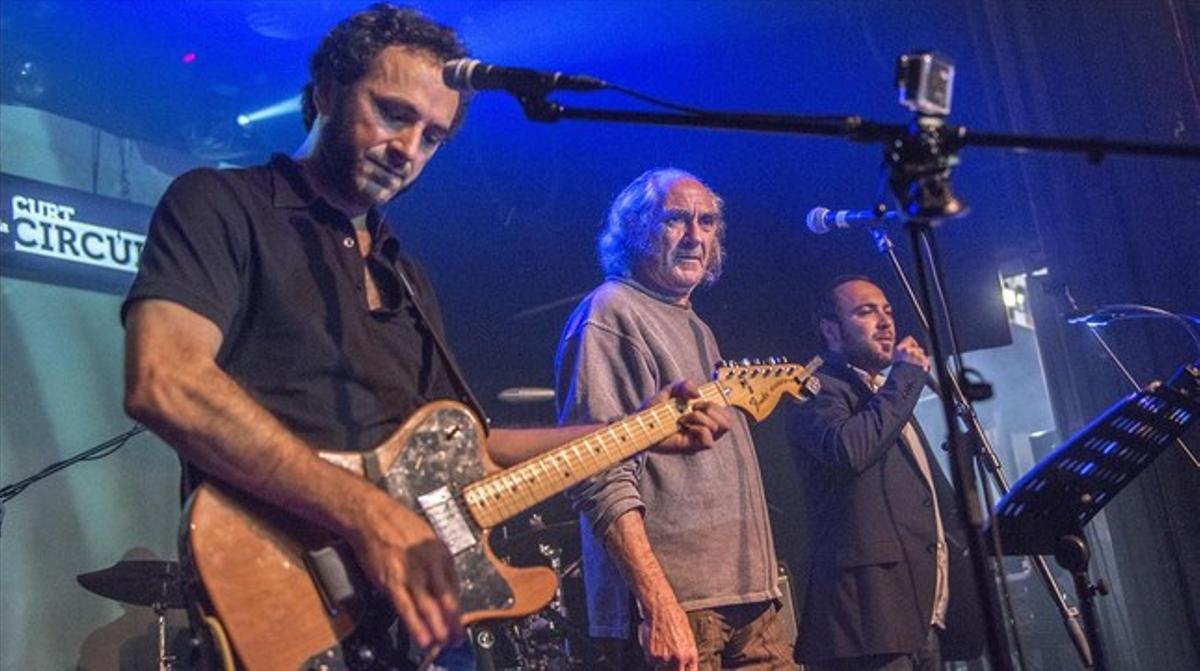 De izquierda a derecha, Caïm Riba, su padre, Pau Riba, y su hermano Àngel Riba, en la sala Music Hall.