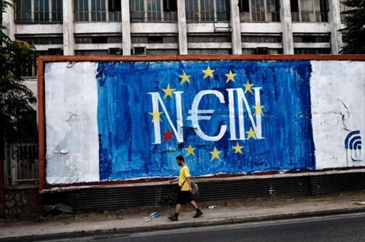 Un individuo pasa ante un grafiti con la palabra 'no' en alemán, en referencia al referéndum sobre la propuesta de los acreedores.