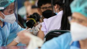 Un sanitario administra una dosis de la vacuna de Pfizer a un estudiante durante una jornada de vacunación en Bangkok, este lunes.