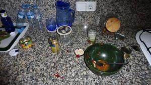 Restos de comida que dejón el ladrón en una de las casas de Calella en las que entró a robar.