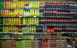 Estantería de un supermercado con bebidas azucaradas.