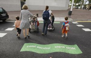 Madres con sus hijos, camino del colegio, en la Vila Olímpica.