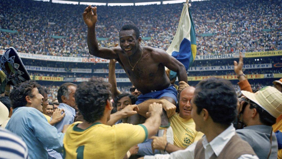 Pelé, sacado a hombros tras la conquista del Mundial de 1979 (4-1 a Italia) en el estadio Azteca.