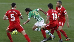Lainez trata de zafarse entre Ocampos, Acuña y Jordán.