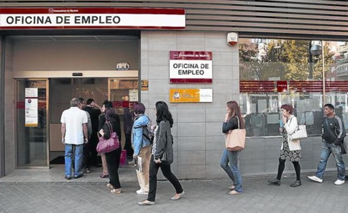 Cola de parados en una oficina de empleo de la Comunidad de Madrid.