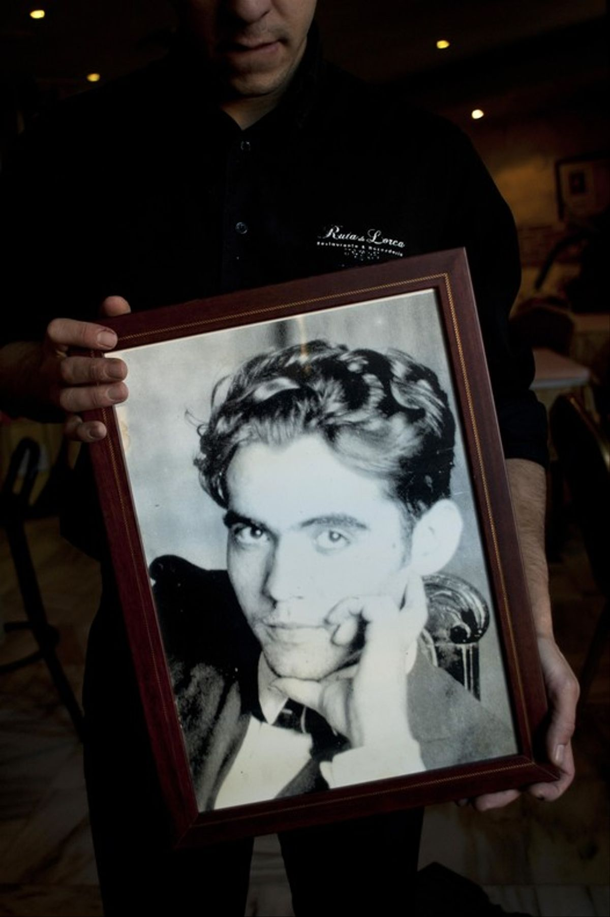 Un camarero transporta en noviembre del 2014 un cuadro del poeta Federico García Lorca en un restaurante de Alcanar, cerca del parque donde se cree que fue enterrado.
