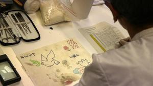El dibujo de un niño recogido de los puntos memoriales del atentado de la Rambla.