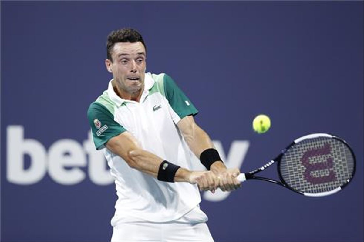 Bautista golpea un revés ante Medvedev.