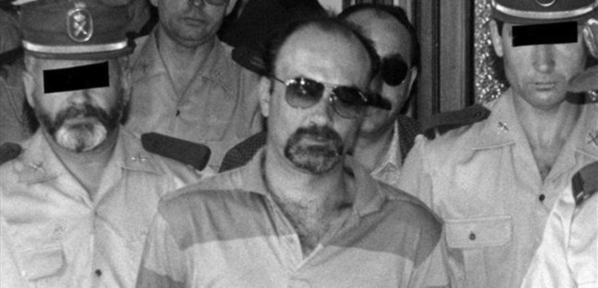 Pedro Luis Gallego, conocido como el 'violador del ascensor', mientras era conducido a los juzgados en julio de 1994.