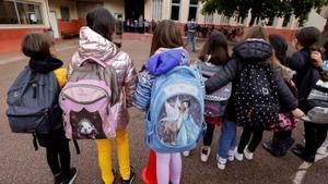 Varios niños esperan para entrar a clase este lunes en Francia.