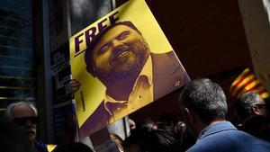 Una persona sostiene un cartel con el rostro de Junqueras durante una manifestiación independentista.