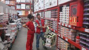 Dos trabajadores de Brico Depôt en unos almacenes de la empresa.