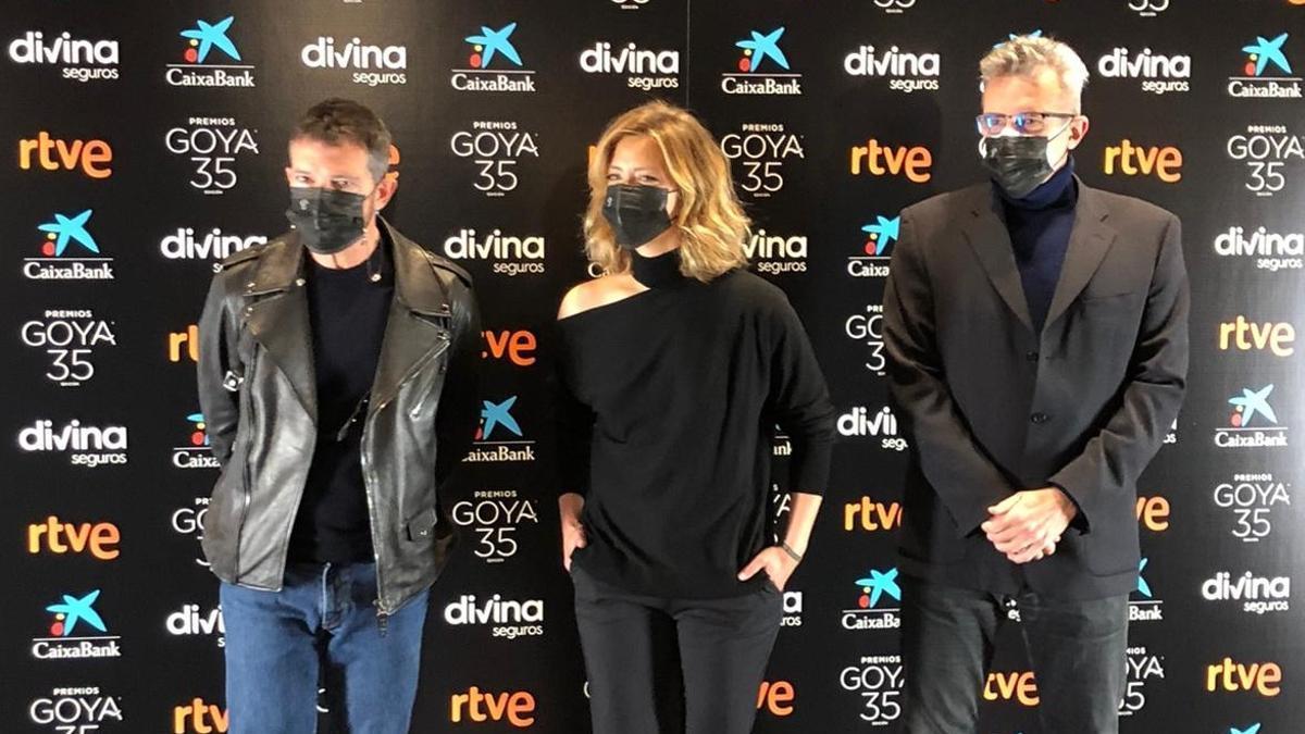María Casado y Antonio Banderas, los presentadores de esta edición, junto al y presidente de la Academia, Mariano Barroso