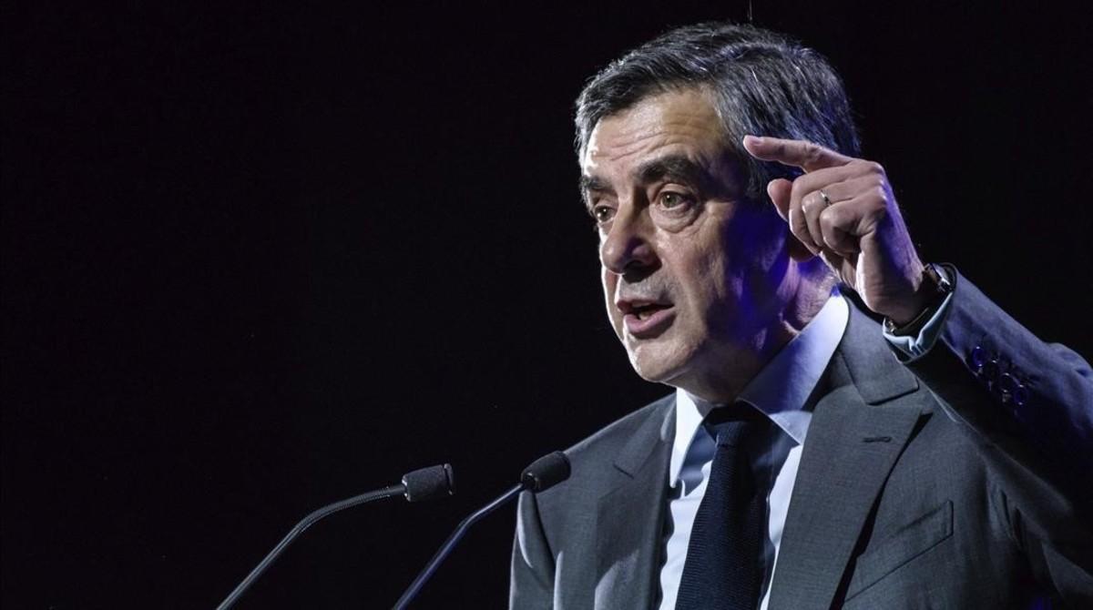 Fillon se dirige a la audiencia durante un acto electoral celebrado en Caen, este jueves.