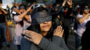 Mujeres en la India se unen para entonar 'Un violador en tu camino' en rechazo a la violencia.